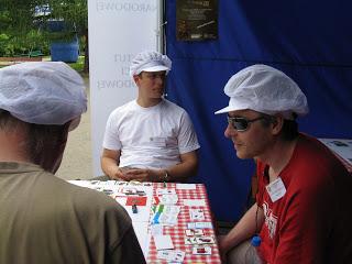 """Karol Madaj (w środku) podczas testów otwartych gry """"Kolejka"""