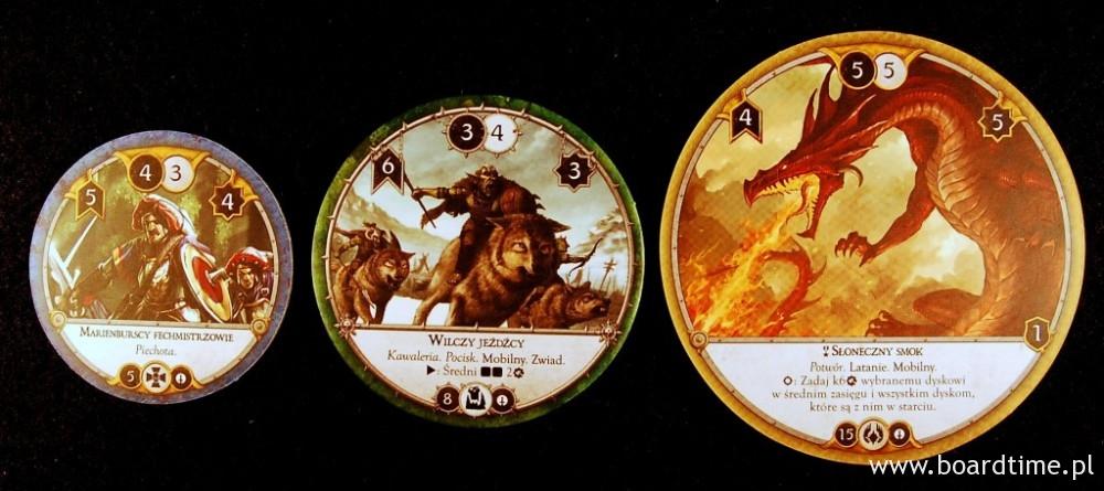 W grze występują dyski w różnych rozmiarach: średnie reprezentujące piechotę i pieszych bohaterów, średnie odpowiadające kawalerii, średnim potworom oraz duże reprezentujące potężne monstra i machiny bojowe. Na górze znajdują się statystyki dysków, od lewej patrząc: prędkość, atak, kontratak, wytrzymałość.