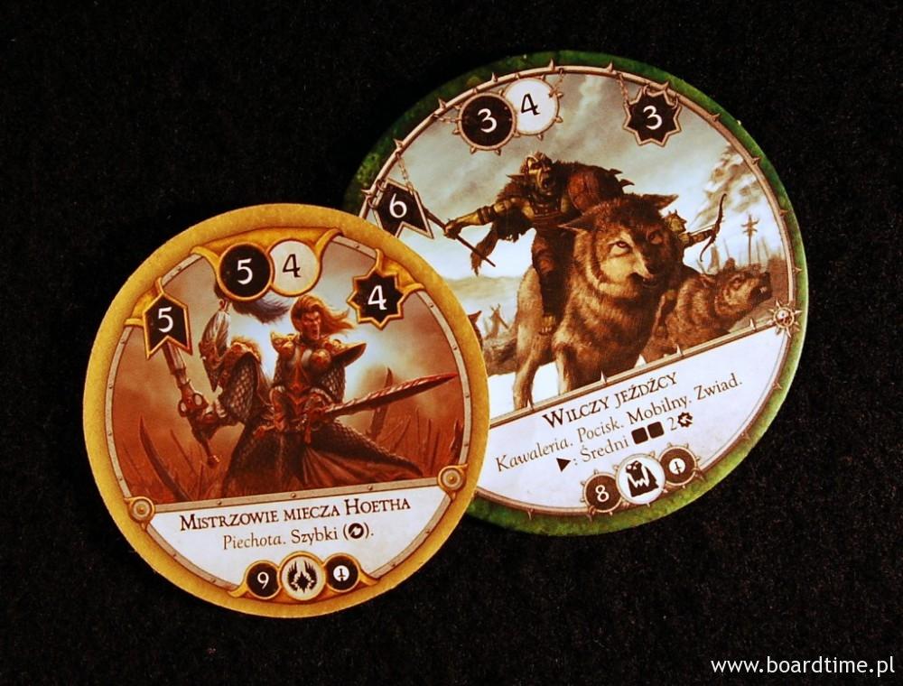 Mistrzowie miecza Hoetha toczą walkę z Wilczymi jeźdźcami. Wartość ataku pierwszych wynosi 5 co pozwala na pokonanie jeźdźców o wytrzymałości 3. Podobnie jeźdźcy dysponują kontratakiem o sile 4, wystarczającym do pokonania elfów. W takiej sytuacji większość dysków pokonałaby się nawzajem. Jednakże Mistrzowie miecza Hoetha dysponują zdolnością szybki, która pozwala wykonać atak wcześniej i zadać obrażenia przeciwnikowi i w tym przypadku pokonać go przed jego kontratakiem.