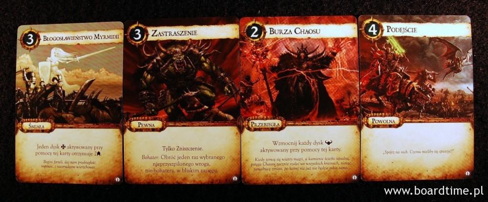 Niektóre z kart dowodzenia. W grze występują karty z czterech różnych strategii: śmiałej, pewnej, przebiegłej i powolnej.