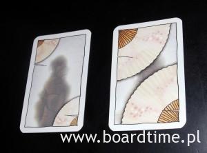 Karty z takim rewersem jak po lewej wykładamy odkryte, te po prawej - zakryte
