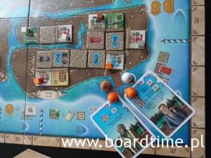 Punktowanie pomarańczowego: z pierwszej karty dostaje on 10 punktów (5 sklepów na wyspie), z drugiej: 2 punkty za swoje sklepy + 6 punktów za cudze. Łącznie z obu kart ma więc 18 punktów. Jak widać więc, ładne kombo.