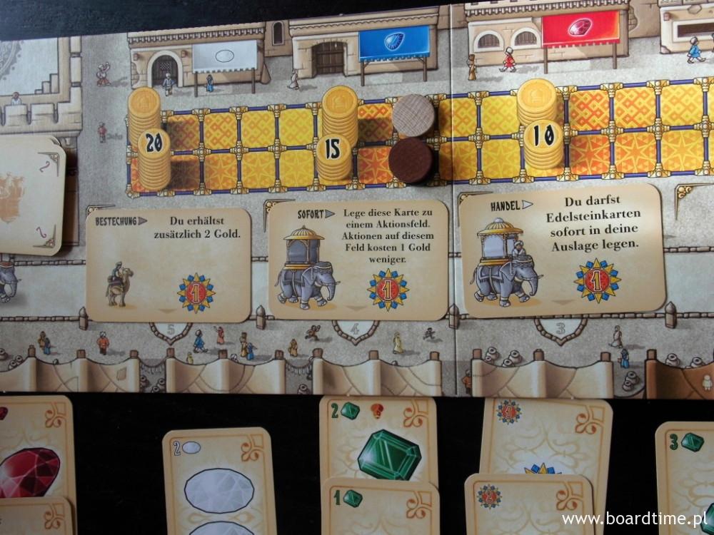 Plansza w czasie gry  (na górze sklepy, poniżej tor pieniędzy, niżej tor szlachciców, na samym dole - bazary)