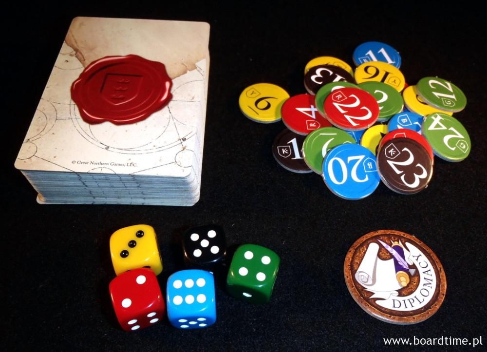 Oto cała zawartość pudełka: 5 kostek, 25 żetonów i talia kart.