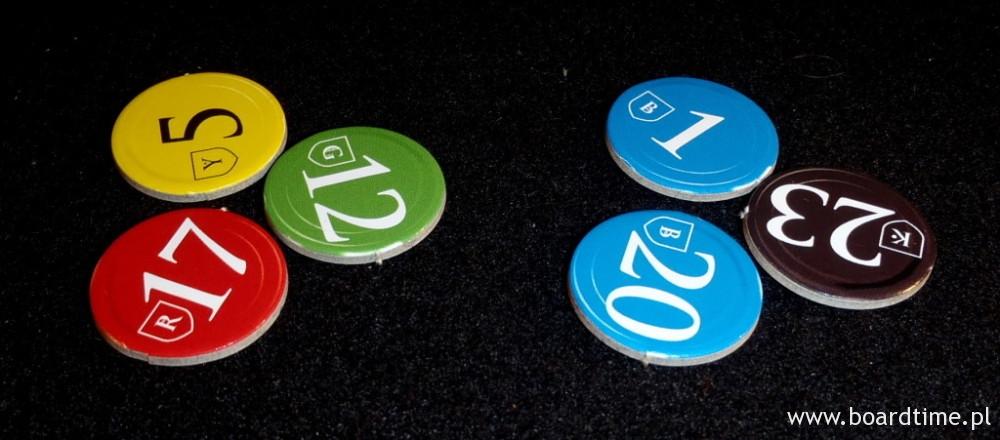 Kombinacja żetonów w różnych kolorach ma większą wartość od kombinacji, w której jeden kolor powtarza się. Wartości na żetonach służą do rozstrzygania remisów.