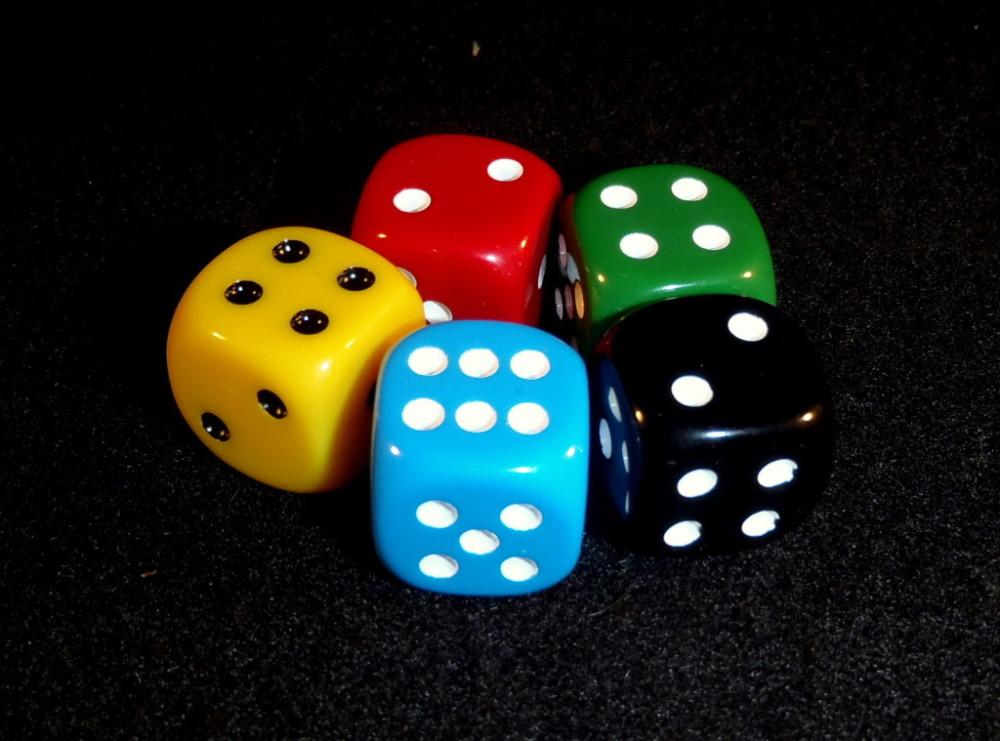 Wyniki widniejące na kostkach na koniec rundy doliczane są do siły karty w odpowiadających im kolorach. W takiej sytuacji Smok i Gobliny z wcześniejszego zdjęcia mają siłę 10 a Zaklinaczka Węży 11.