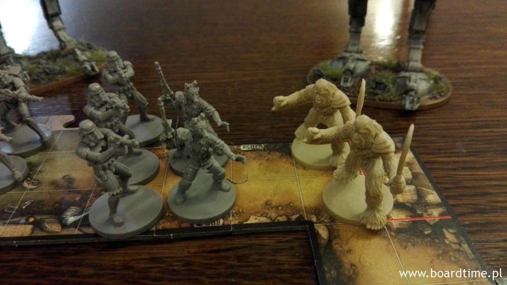 """Samodzielne dodatki figurkowe – 3 fala. Od lewej: dodatkowi Stormtrooperzy, """"Spluwy do wynajęcia"""", czyli bardzo dyspozycyjni najemnicy oraz Wojownicy Wookie"""