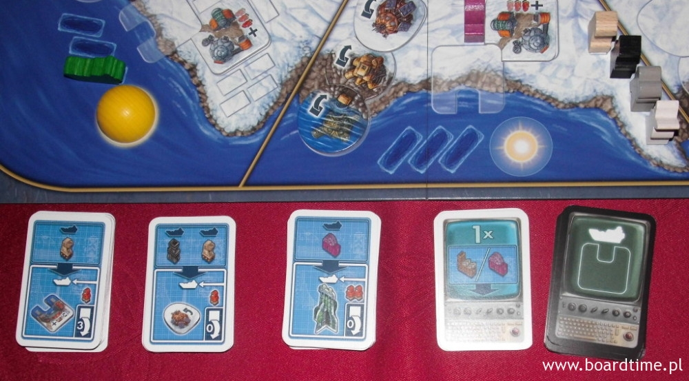 Talie przygotowane do gry (3 talie po lewej: budynki)