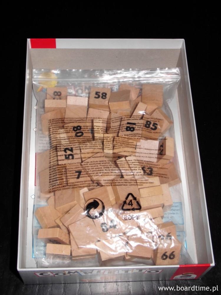 Pudełko, a w nim worek z płytkami