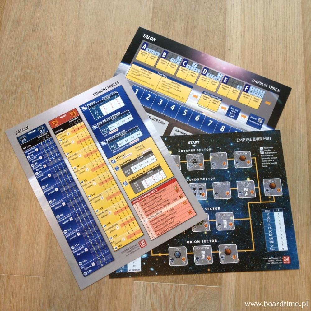 Trzy arkusze wchodzące w skład elementów gry. Dużo kolorów, dużo informacji.