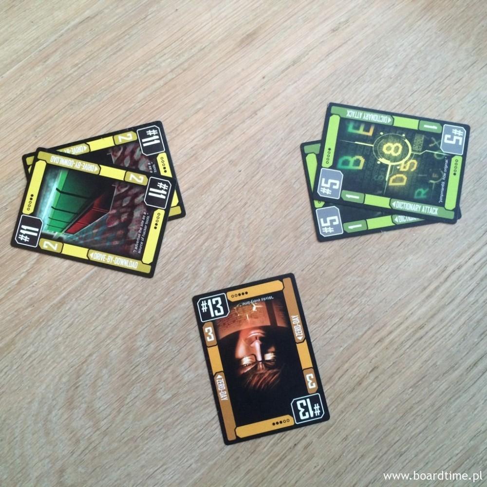 Zwycięża para jedenastek. Trzynastka jest tylko jedna więc nie spełnia warunku zagrania kombinacji takiej, jaką wybrał prowadzący gracz (w tym przykładzie był nim ten, który wyłożył dwie piątki)