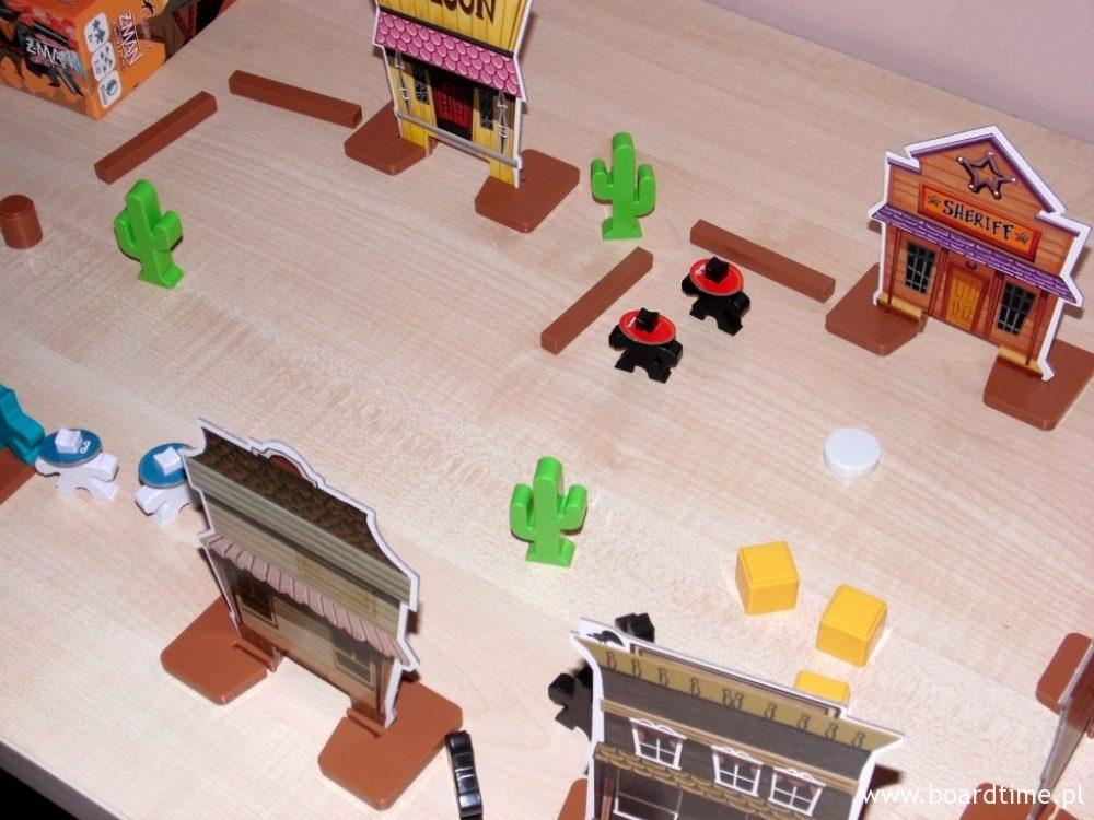 Można próbować grac na małym stoliku, ale zazwyczaj będziemy potrzebowali więcej miejsca.