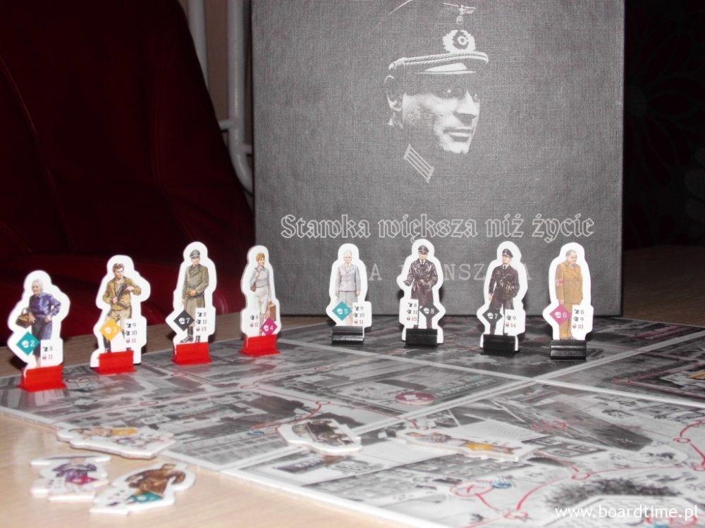 Część postaci (czerwone podstawki - polscy agenci, czarne - niemieccy)