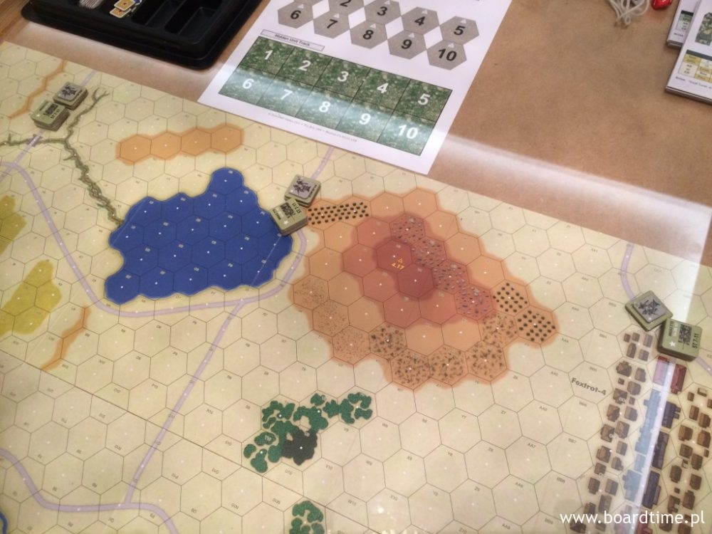 Rozmieszczając oddziały na początku tego scenariusza możemy ustawić je w dowolnych miejscach wzdłuż wybranego przez nas krańca pola bitwy. Nie dalej jednak niż 3 heksy od brzegu mapy.